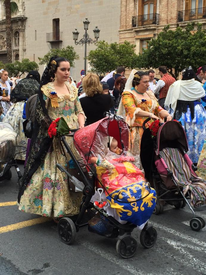 Costumes traditionnels, Offrande à la Vierge